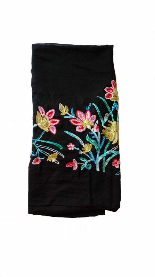 esarfa neagra cu flori brodate